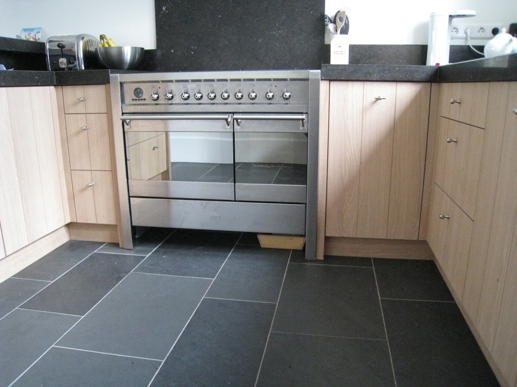 Keukens - Foto grijze keuken en hout ...